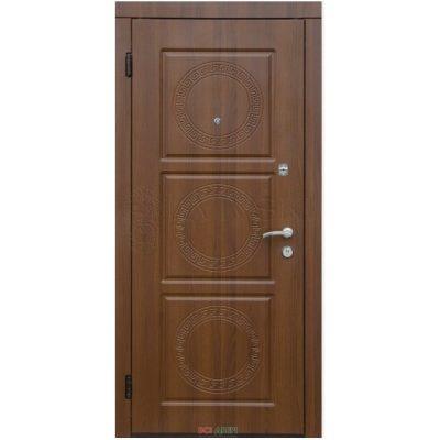 Входная дверь коричневая деревянная